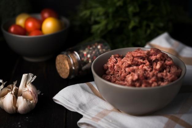 Рубленое мясо в миске с ингредиентами