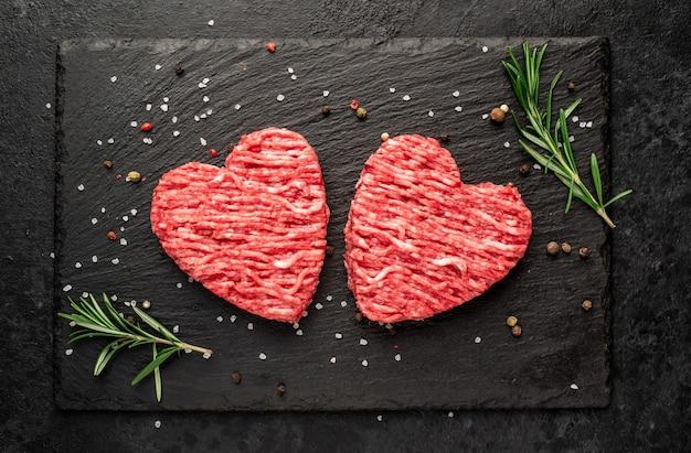 Фарш в форме сердца на каменном фоне