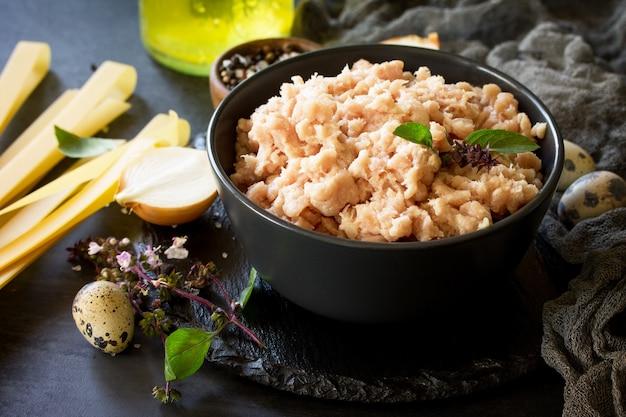ミンチ肉パスタとスレートのボウルでミンチ肉を調理するための材料