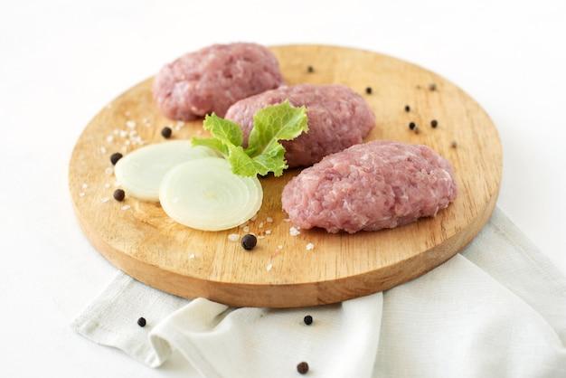 Котлеты из фарша нарезанное мясо приготовление свинины курица индейка лук приправа