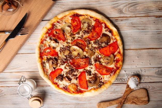 キノコとトマトのひき肉ピザ