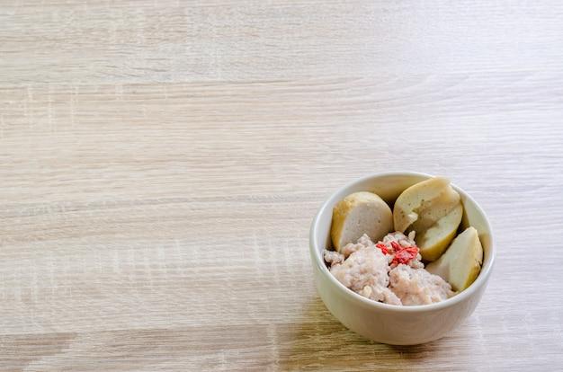 Фарш из свинины и рыбы мяч для тайской лапши.