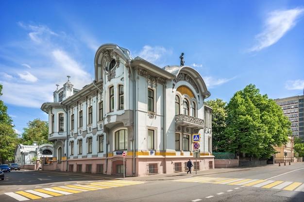Особняк миндовского на поварской улице в москве в солнечный летний день. подпись под фото: скарятинский переулок.
