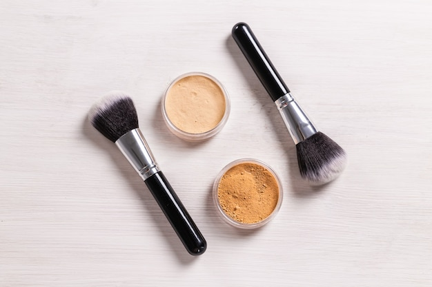 Минеральная пудра и кисть для лица экологически чистые и экологически чистые косметические продукты