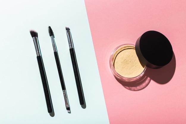 Минеральная пудра и кисти для лица экологически чистые и экологически чистые косметические продукты