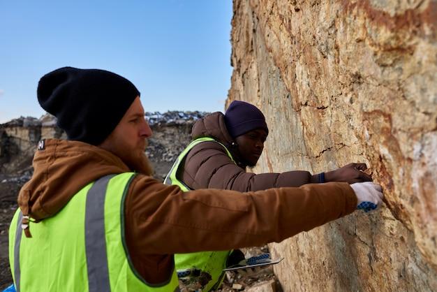 鉱山労働者が土地をテストする