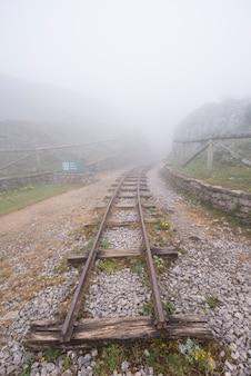 霧の中の鉱山