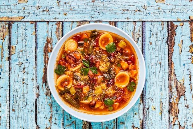 Минестроне, итальянский овощной суп с пастой и фасолью. вид сверху