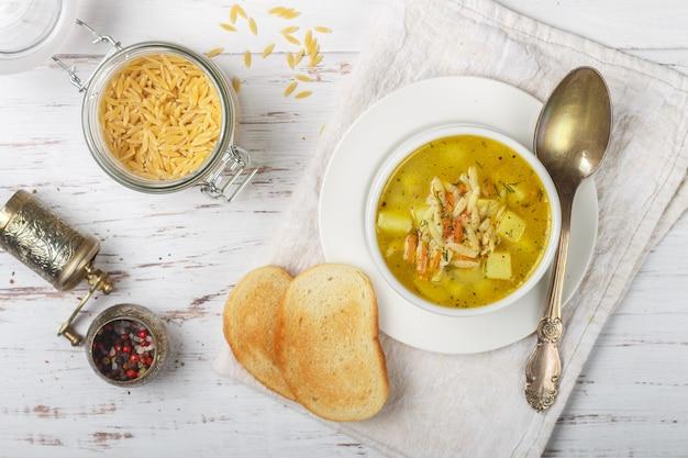Суп минестроне и хлеб