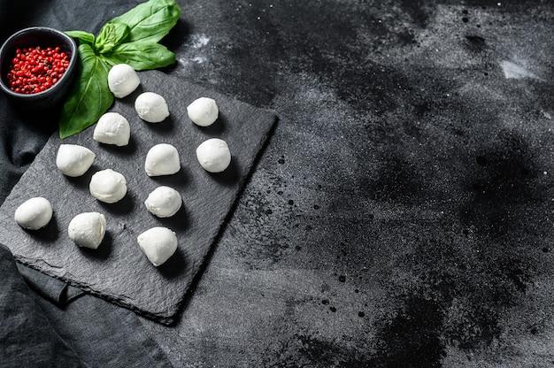 Мини шарики из сыра моцарелла, ингредиенты для салата капрезе. вид сверху. копировать пространство