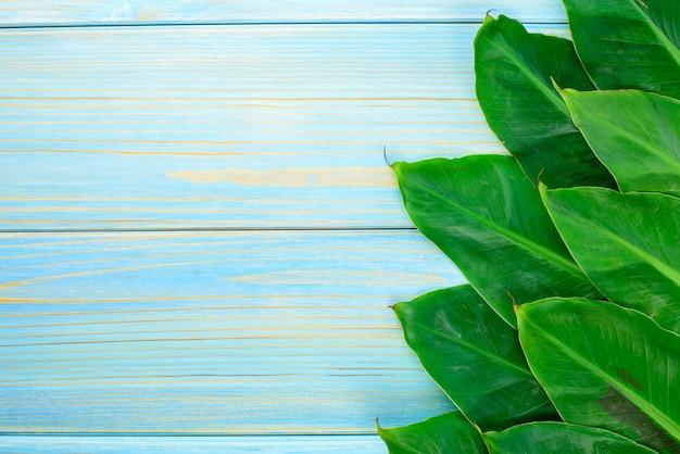 Мини банановые листья на деревянном столе.