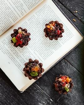 テーブルの上の甘い果物の喜びのためのミニバスケット