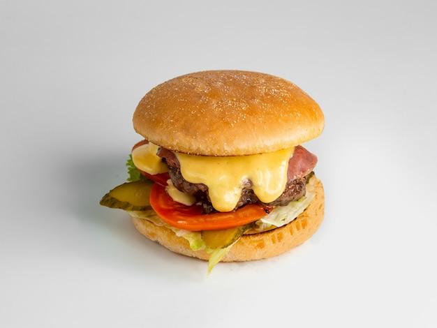 Мини-бургер из говядины с салатом из помидоров с колбасой и огурцами