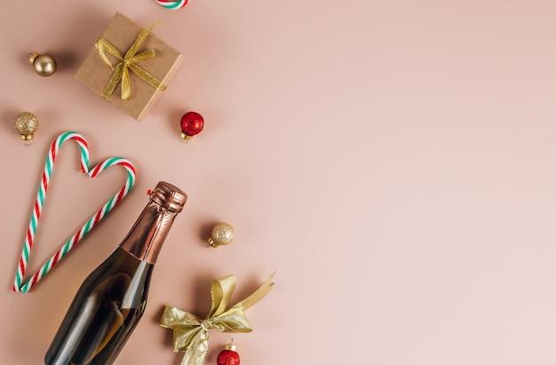 Мини-бутылка шампанского с елочными украшениями.