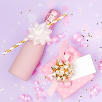Мини-бутылки шампанского с конфетти, мишурой и бумажным декором. день святого валентина или тема концепции вечеринки по случаю дня рождения. плоская планировка, вид сверху