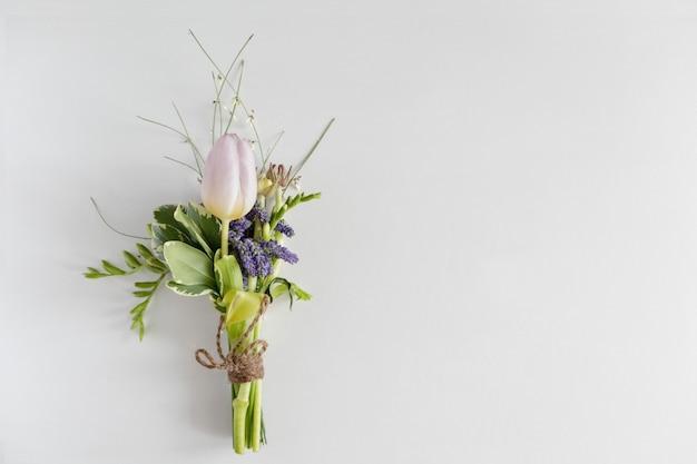 青い花、チューリップ、フリージアのミニ花束