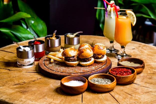 Mini vista laterale dei cocktail delle salse delle spezie delle patate fritte degli hamburger