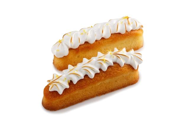 分離されたホイップホワイトで覆われたフィリング付きミニケーキ