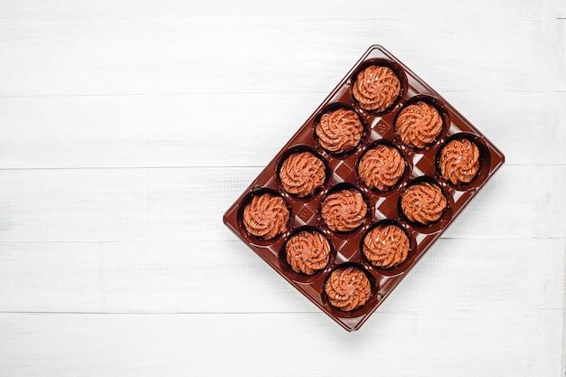 チョコレートドロップとココアパウダー、トップビューでミニケーキトリュフ