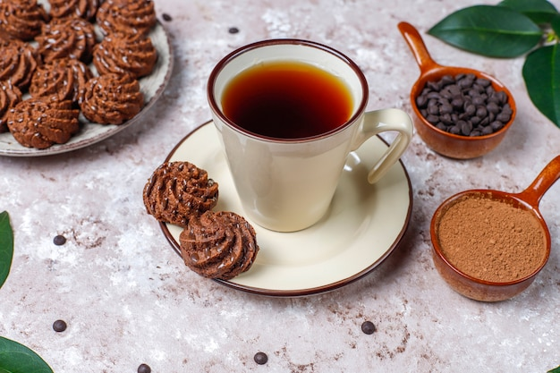 チョコレートドロップとココアパウダーのミニケーキトリュフ