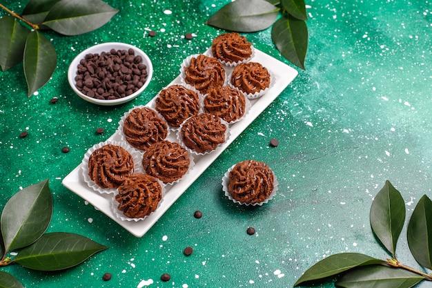 Мини торты трюфели с шоколадными каплями и какао-порошком