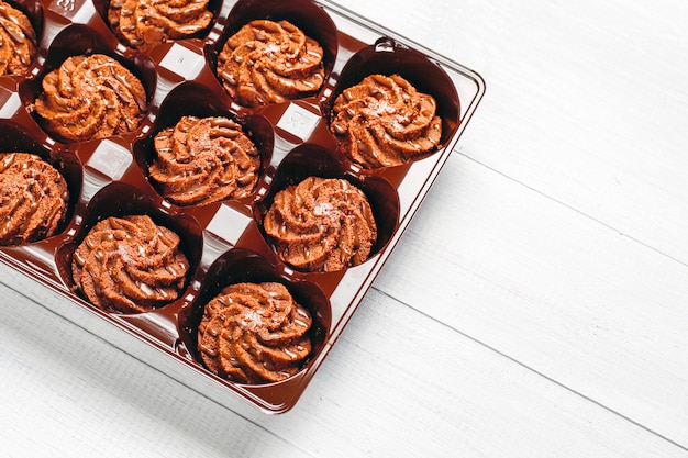 Mini tartufi con gocce di cioccolato e cacao in polvere