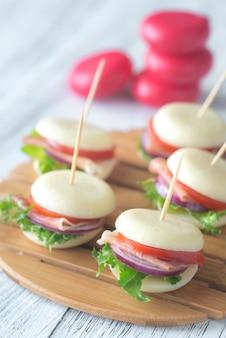Мини сэндвичи с сыром и прошутто