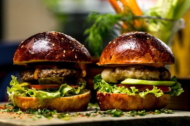 Mini vista laterale del pomodoro del cetriolo della lattuga degli hamburger della carne e del pollo