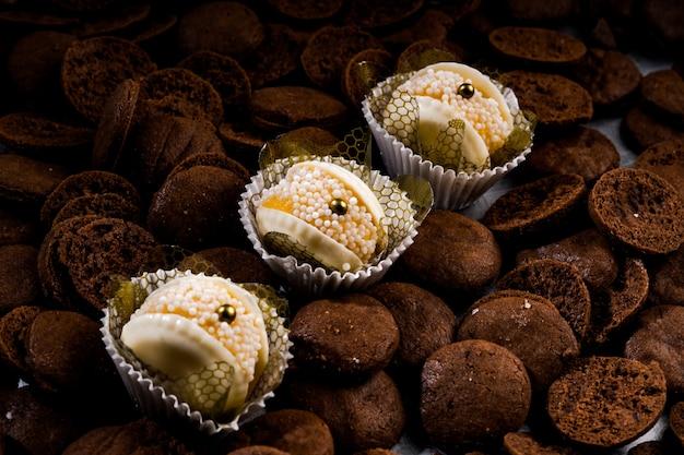 작은 진주로 장식 된 미니 초콜릿 쿠키