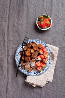 아침에 딸기와 미니 초콜릿 팬케이크 시리얼