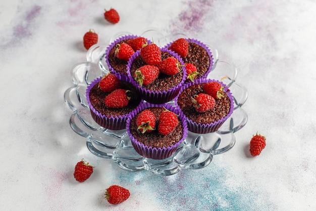 라스베리와 미니 초콜릿 수플레 컵 케이크.