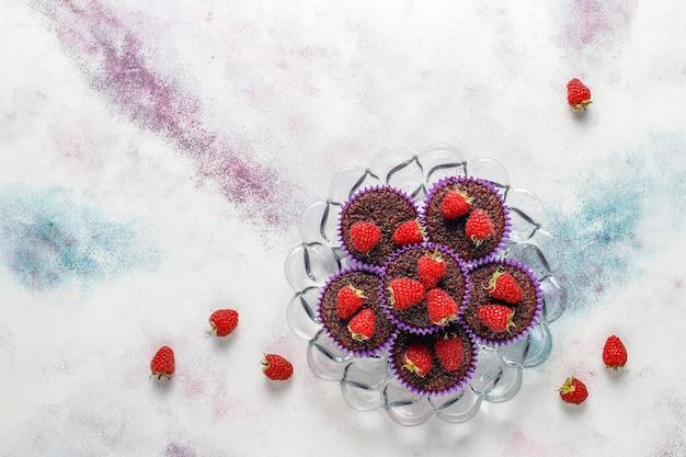 Мини-шоколадные кексы суфле с малиной.