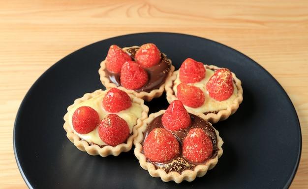 Мини шоколадные пирожные и кремовые пироги со свежей клубникой и порошком пищевого золота
