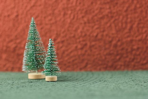 テクスチャテーブルのミニクリスマスツリーの装飾、テキスト用のコピースペース