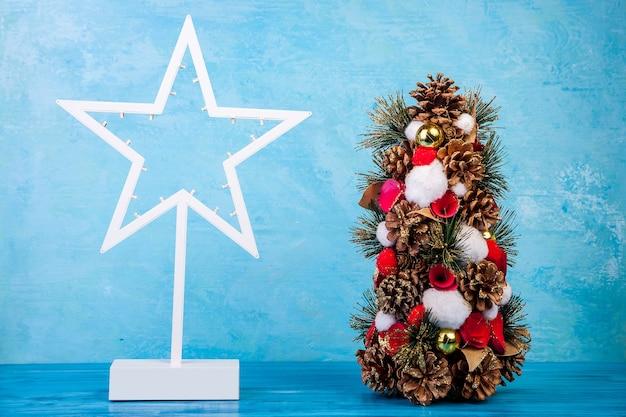 スタジオ写真の青い背景にミニクリスマスツリー。季節と休日