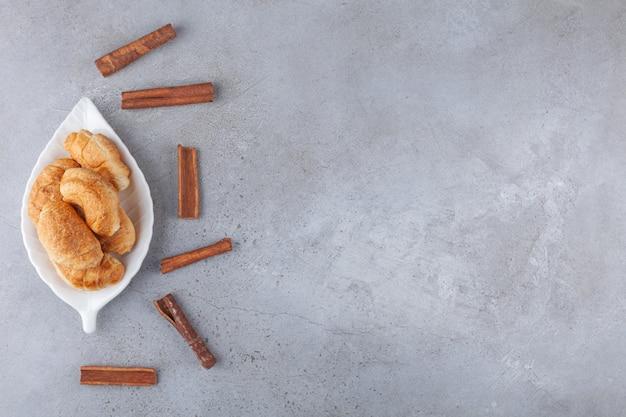 Mini cornetti di pasta sfoglia con crosta dorata.