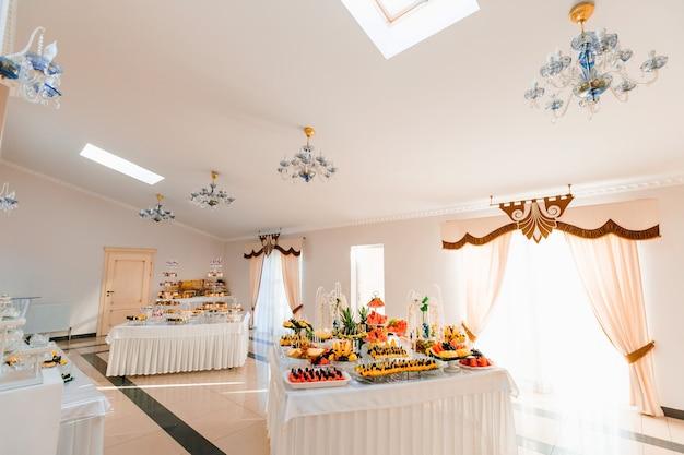 結婚披露宴のミニカップケーキとキャンディーバー。