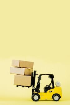 미니 지게차 적재 판지 상자. 물류 및 운송 관리 아이디어와 산업 비즈니스 상업 개념.