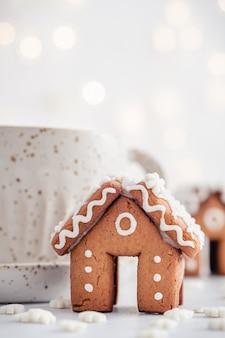 ミニジンジャーブレッドハウスと雪のチストマの装飾
