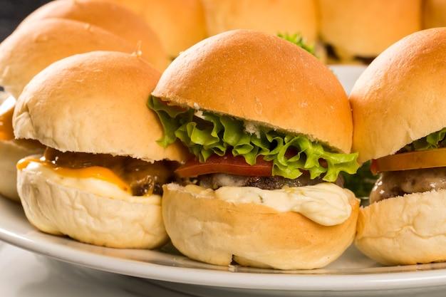 치즈와 샐러드를 곁들인 미니 햄버거