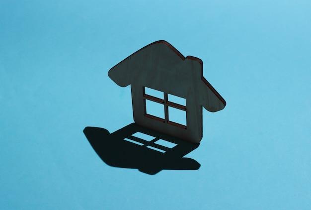 Фигурка мини-домик на синем фоне с тенью