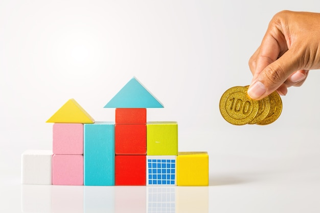 돈이있는 미니 하우스, 부동산 개념에 대한 사업 투자에 대한 주택 구입 및 대출을위한 저축 돈. 투자 및 위험 관리