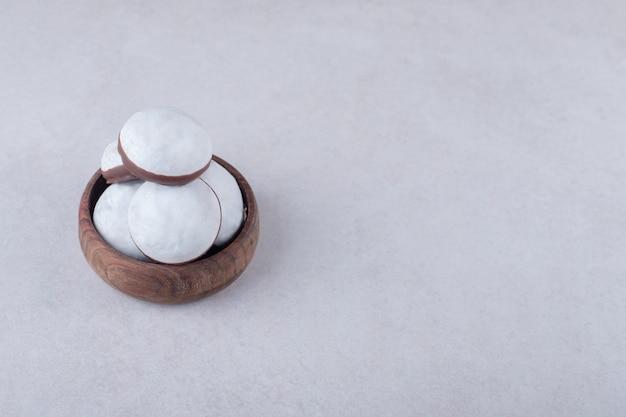 Mini mousse di pasticceria in una ciotola sul tavolo di marmo.