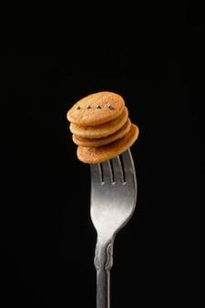 暗い背景のフォークにミニパンケーキ