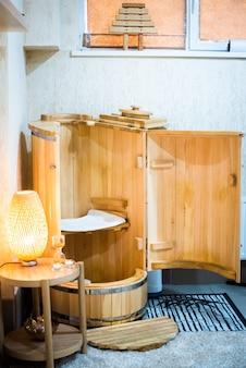 ミニフィトサウナ-杉樽。スパトリートメント。木風呂。あなたの健康に良い。健康の概念、あなたの体の世話をします。
