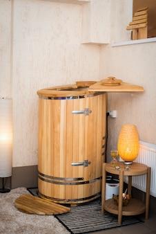 Мини фитосауна - кедровая бочка. санаторно-курортные процедуры. деревянная баня. хорошо для вашего здоровья. концепция здоровья, позаботьтесь о своем теле.