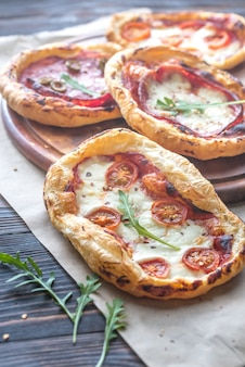 木の板のミニピザ