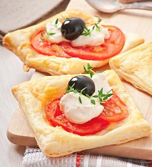 トマト、チーズ、卵入りのミニパフ