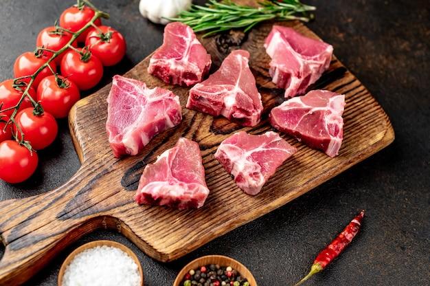 돌 테이블에 미니 원시 쇠고기 t-bone 스테이크