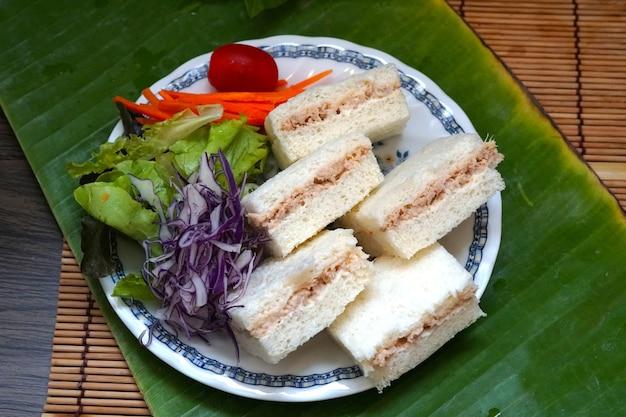 緑のバナナの葉に野菜とミニサンドイッチマグロ